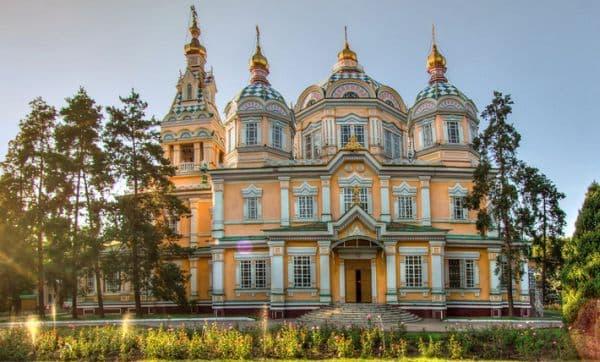 Закон Божий: Литургия Объяснение Литургии. Молитвы и песнопения литургии на церковно-славянском и русском языках