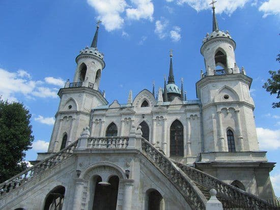 Поставление Креста на верх крова новосозданной Церкви